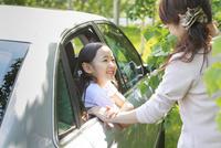 車から顔を出す6歳の女の子