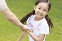 新緑の中の6歳の女の子