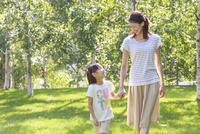 新緑の中、手をつなぐ母子 10208001779| 写真素材・ストックフォト・画像・イラスト素材|アマナイメージズ
