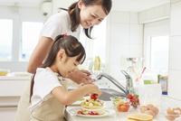 キッチンで料理をする母子