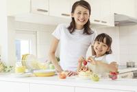 キッチンで料理をする母子 10208001842| 写真素材・ストックフォト・画像・イラスト素材|アマナイメージズ