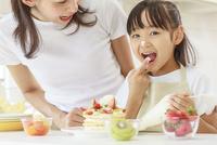 キッチンで料理をする母子 10208001849| 写真素材・ストックフォト・画像・イラスト素材|アマナイメージズ