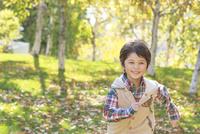 紅葉の中、走る6歳の男の子