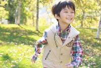 紅葉の中、走る6歳の男の子 10208001883| 写真素材・ストックフォト・画像・イラスト素材|アマナイメージズ