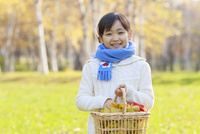 紅葉の中の6歳の女の子 10208001887| 写真素材・ストックフォト・画像・イラスト素材|アマナイメージズ