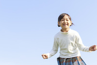 青空のもとの6歳の女の子 ポートレート