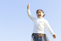青空のもとの6歳の女の子/ポートレート