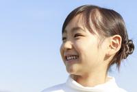 青空のもとの6歳の女の子 ポートレート 10208001921| 写真素材・ストックフォト・画像・イラスト素材|アマナイメージズ