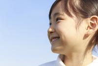 青空のもとの6歳の女の子 ポートレート 10208001923| 写真素材・ストックフォト・画像・イラスト素材|アマナイメージズ