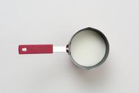 ミルクを入れた手鍋