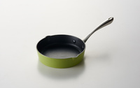白い背景の手鍋