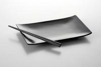 白い背景の皿と箸 10214002365  写真素材・ストックフォト・画像・イラスト素材 アマナイメージズ