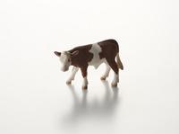 白い背景の牛のオブジェ 10214002387| 写真素材・ストックフォト・画像・イラスト素材|アマナイメージズ