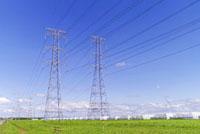 送電線の鉄塔と青空