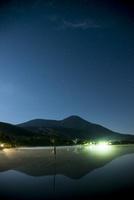 深夜の女神湖と星空