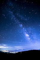 霧ヶ峰高原より南アルプス連峰方面夏の満天の星空