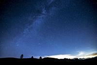 霧ヶ峰高原より車山・八ヶ岳連峰と夏の満天の星空