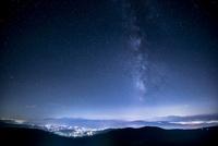 霧ヶ峰高原富士見台より南アルプス連峰と夏の星空