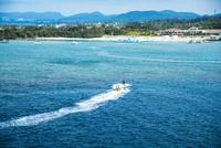 沖縄万座毛よりエメラルドグリーンの万座ビーチとバナナボート