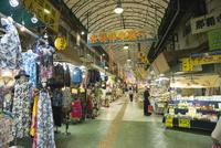 沖縄市場本通り 10222008483| 写真素材・ストックフォト・画像・イラスト素材|アマナイメージズ
