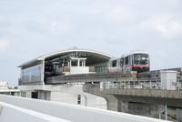 那覇空港駅と沖縄都市モノレール線車両