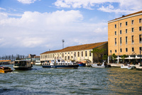 ヴェネツィア・サンタ・ルチーア駅付近の運河と街並み 10222008838| 写真素材・ストックフォト・画像・イラスト素材|アマナイメージズ