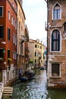 ヴェネツィア 運河を行くゴンドラと街並み 10222009023| 写真素材・ストックフォト・画像・イラスト素材|アマナイメージズ