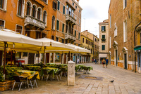 ヴェネツィア路地のカフェと街並み 10222009083| 写真素材・ストックフォト・画像・イラスト素材|アマナイメージズ