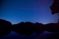 磐梯山と夏の星空映す裏磐梯毘沙門沼
