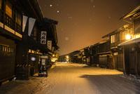 冬の夜景奈良井宿 10222012017| 写真素材・ストックフォト・画像・イラスト素材|アマナイメージズ