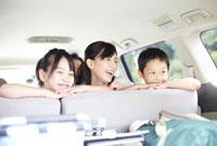 車の中で笑う家族
