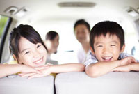 車の中で笑う兄妹 10230000189| 写真素材・ストックフォト・画像・イラスト素材|アマナイメージズ