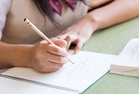 勉強する女子高校生の手元