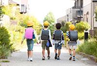 通学する小学生の女の子と男の子たち