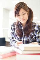 図書館で勉強する女子大学生