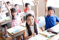 元気良く手を上げる小学生たち