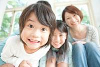 窓際に座る男の子のアップと笑顔の女の子と母親 10230001939| 写真素材・ストックフォト・画像・イラスト素材|アマナイメージズ