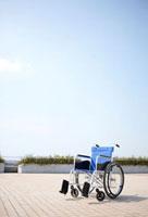 青空と屋上に置かれた一台の車椅子