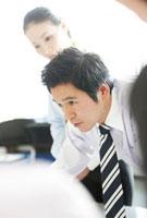 会議をする男性ビジネスマンの真剣な眼差し 10230002202| 写真素材・ストックフォト・画像・イラスト素材|アマナイメージズ