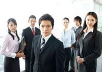 リーダーを中心にした男女六人のビジネスチームのポートレート