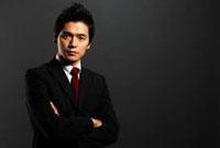 黒バックの前に腕を組んで立つ男性ビジネスマンのポートレート 10230002287| 写真素材・ストックフォト・画像・イラスト素材|アマナイメージズ