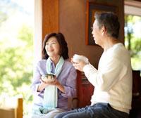 茶店の縁側で抹茶を飲んでいるシニア夫婦