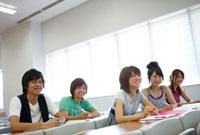 授業を受ける笑顔の表情の男女五人の大学生