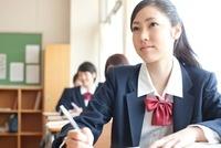 教室で授業を受ける女子高校生