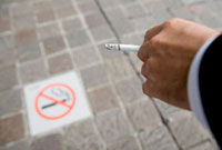 禁煙マークとタバコを持ったビジネスマンの手元