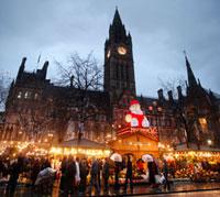 マンチェスター市庁舎とアルバート広場のクリスマスマーケット 10234000235  写真素材・ストックフォト・画像・イラスト素材 アマナイメージズ