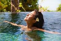 プールでくつろぐ女性 10234000528| 写真素材・ストックフォト・画像・イラスト素材|アマナイメージズ