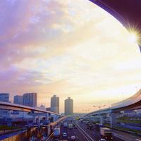 朝焼けの高速道路