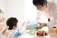 プレゼントをもらう子供 10236000507| 写真素材・ストックフォト・画像・イラスト素材|アマナイメージズ