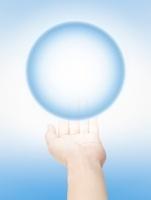 青い球体と差し出した手 10239000279| 写真素材・ストックフォト・画像・イラスト素材|アマナイメージズ
